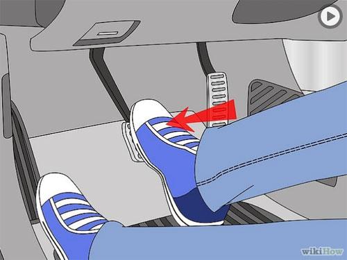 Muốn xe dừng hoặc đi chậm, chân phải chuyển từ bàn đạp ga sang bàn đạp phanh và dùng lực bàn chân tác động lên bàn đạp phanh.