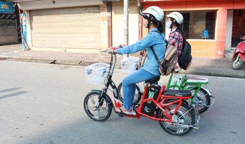 Đội mũ bảo hiểm khi đi xe đạp điện