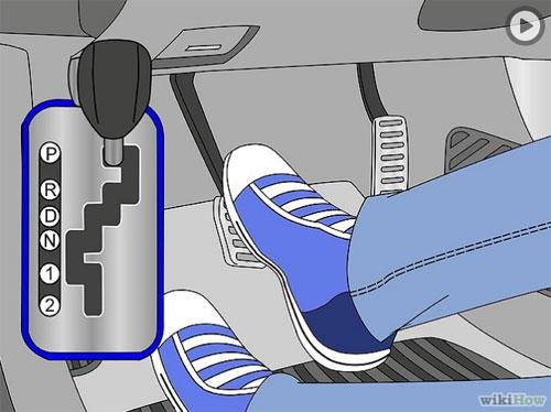 Chân trái luôn luôn để ở phần chờ, không dùng vào bất cứ thao tác nào trên xe số tự động.