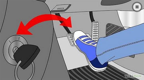 Đạp phanh và vặn chìa khóa theo chiều kim đồng hồ khởi động xe.