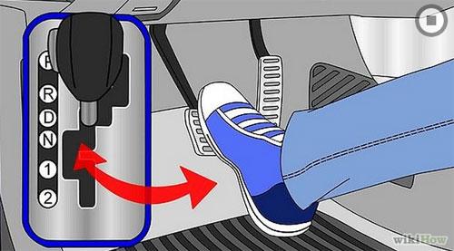 Chân phải đạp bàn đạp phanh, sau đó di chuyển cần số sang vị trí D (Drive).